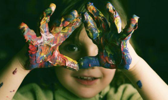 Montessori jellegű foglalkozások - ujjakkal és kézzel festés - Züm-Züm Bölcsi