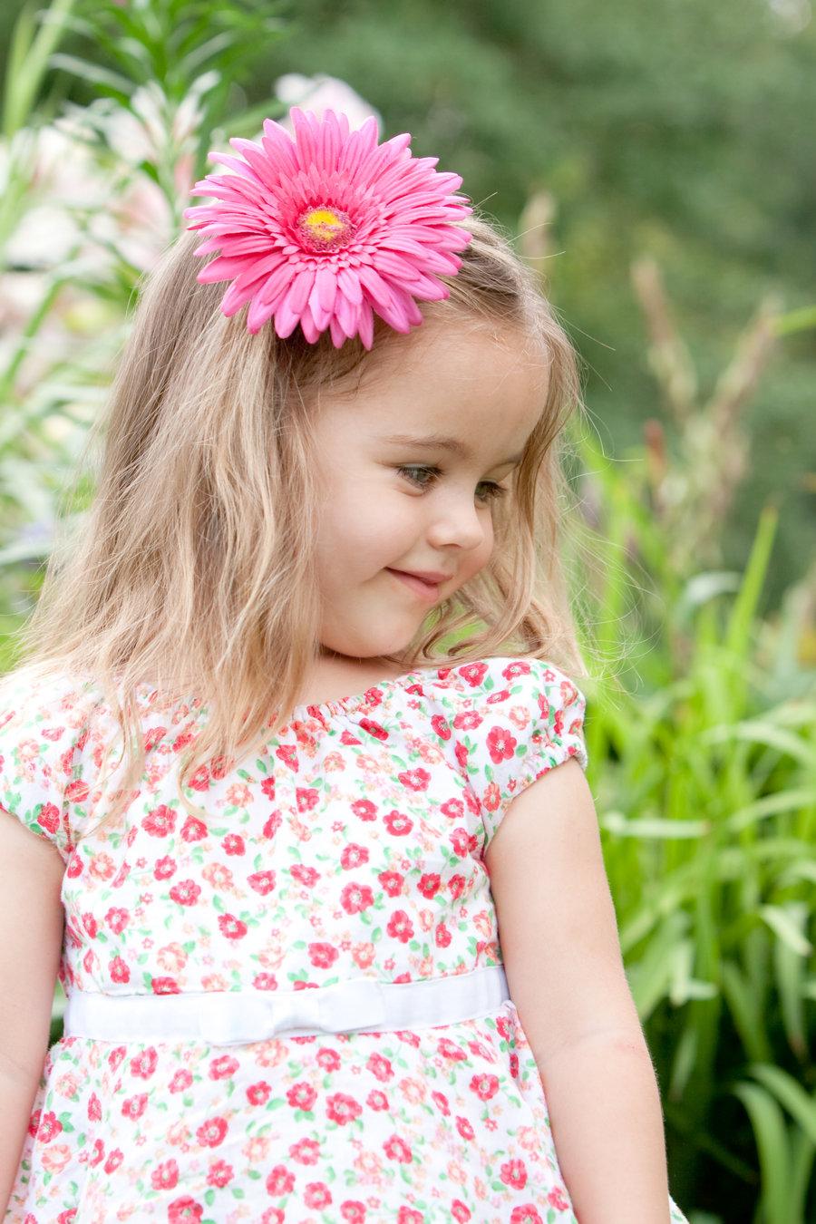 Kislány virággal - Züm-Züm Bölcsi