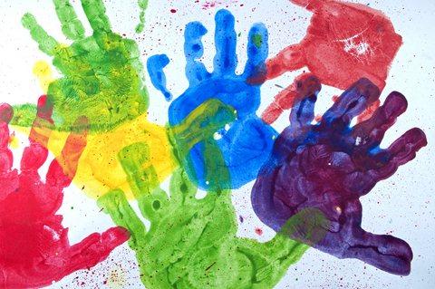 Játék a kezekkel a családi bölcsiben: festékkel készített színes tenyérlenyomatok - Züm-Züm Bölcsi
