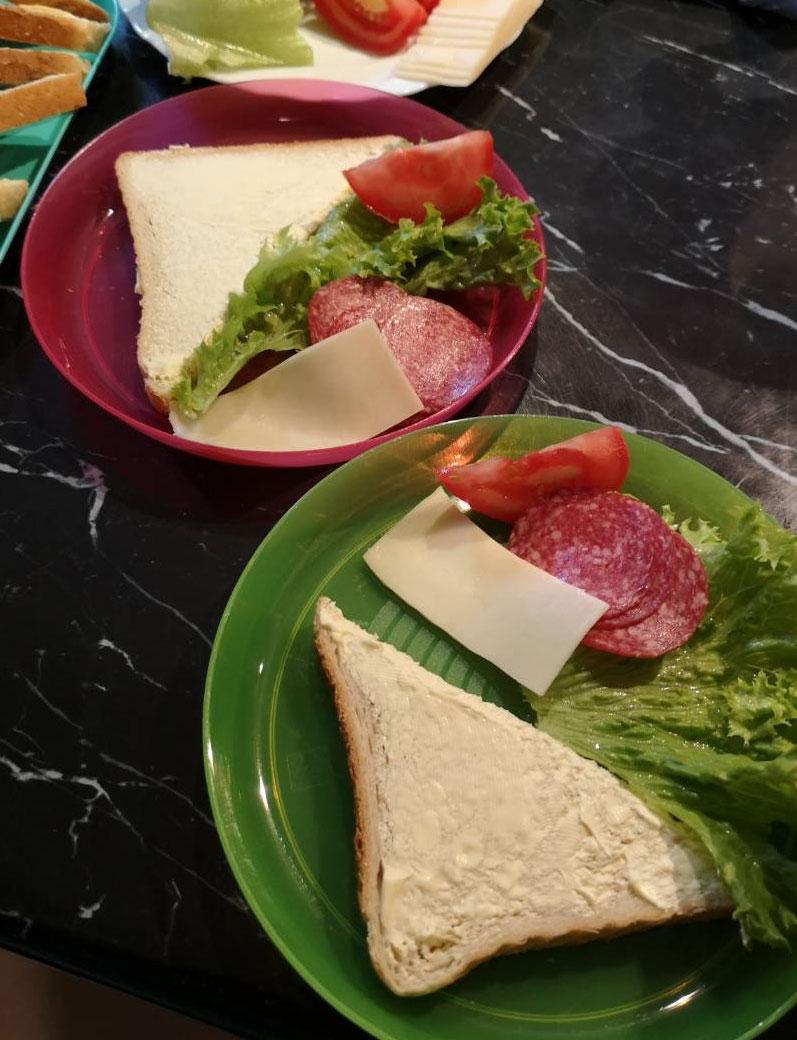 Reggeli a családi napköziben - kenyér, sajt, szalámi, saláta