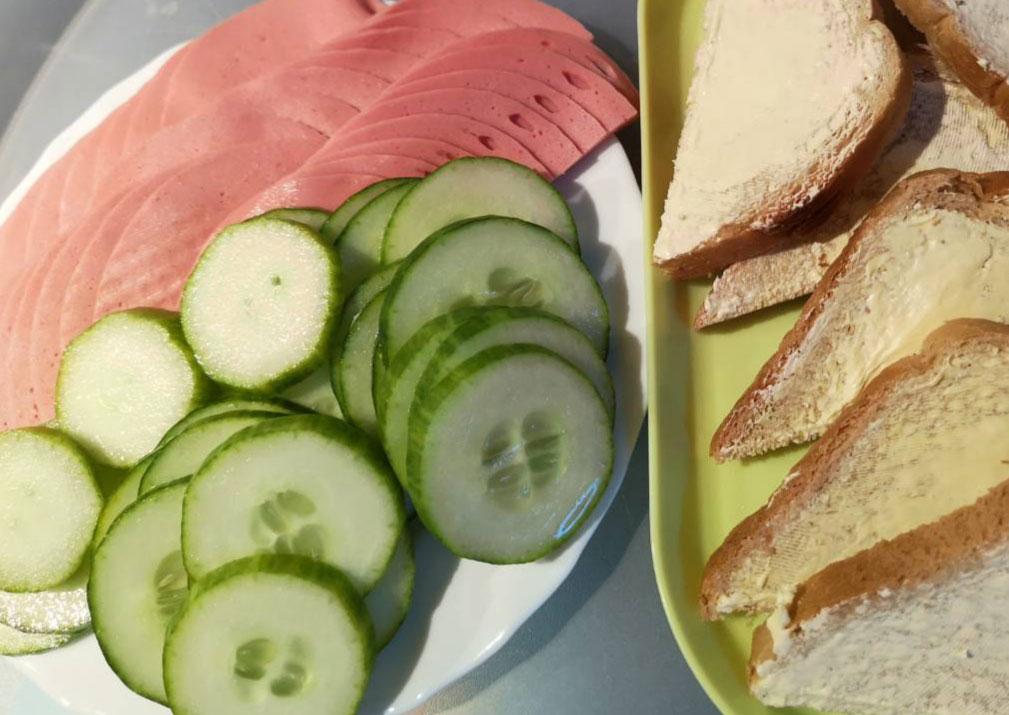 Kép a reggeliről a családi napköziben - kenyér, felvágottak, uborka