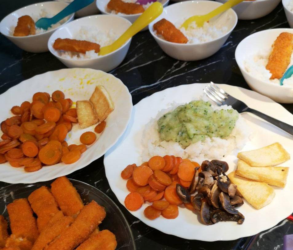Tányérokra előkészített és kiporciózott ebéd a Züm-Züm Bölcsi családi napköziben