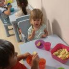 Tízórai étkezés, gyerekek az asztaloknál