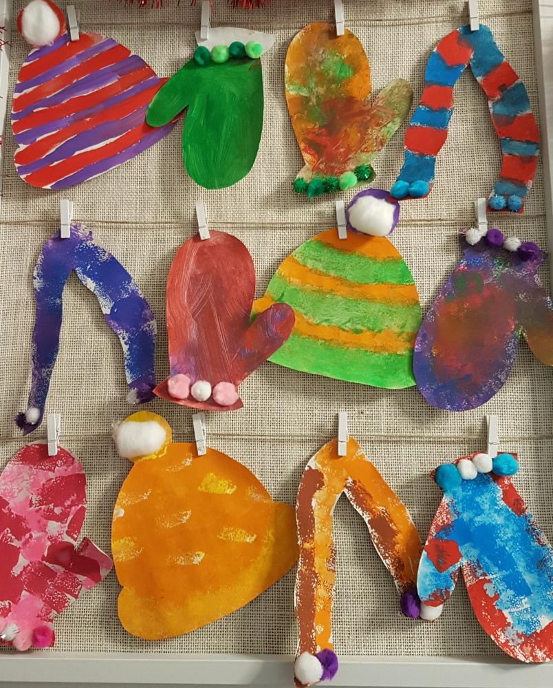 Festéssel és ragasztással készült alkotások a családi bölcsiben