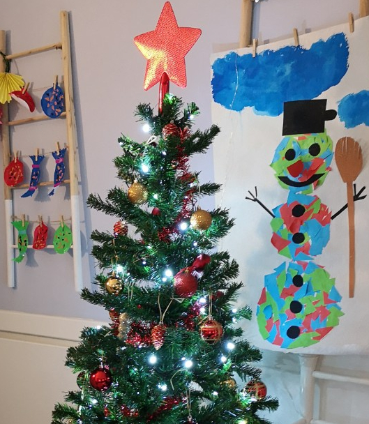 Ünnepi hangulat és karácsonyfa a családi bölcsiben