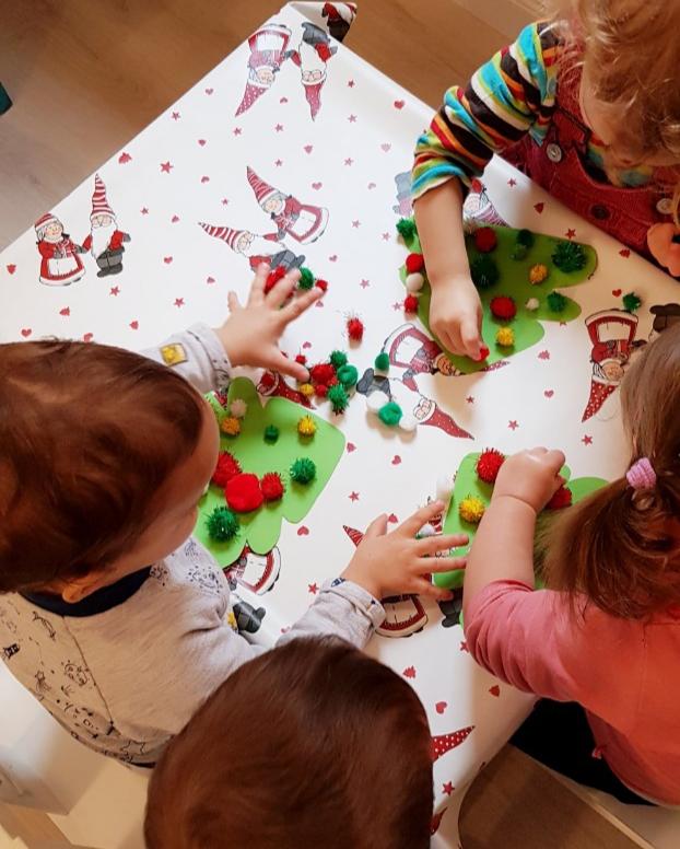 Gyerekek kreatív foglalkozás közben - karácsonyfa készül
