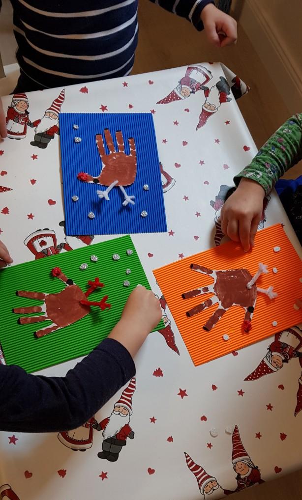 Gyerekek kreatív foglalkozás közben - rénszarvas készül