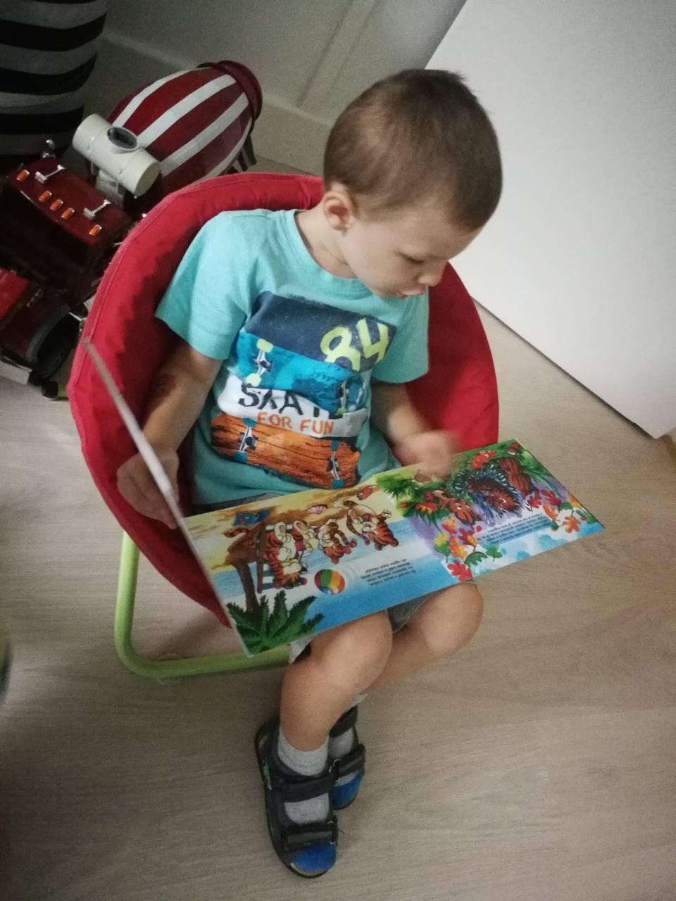 Mesekönyvet olvasó kisgyerek a Züm-Züm Bölcsiben