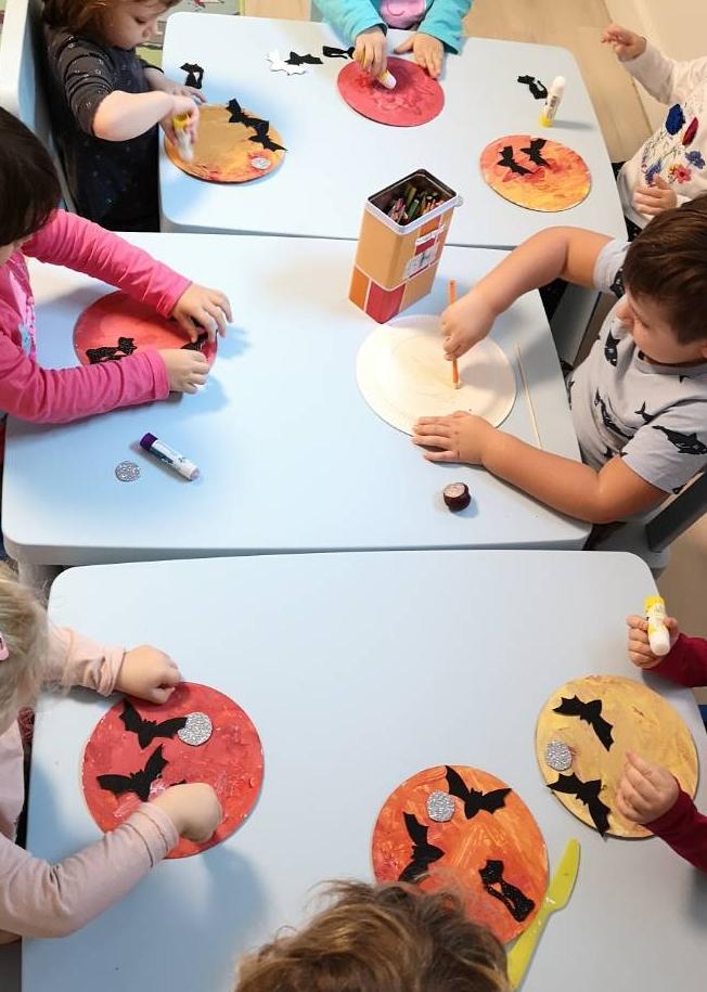 Halloweenre készülő alkotások - denevér, éjszaka , macska, hold - játékos foglalkozások a Züm-Züm bölcsiben