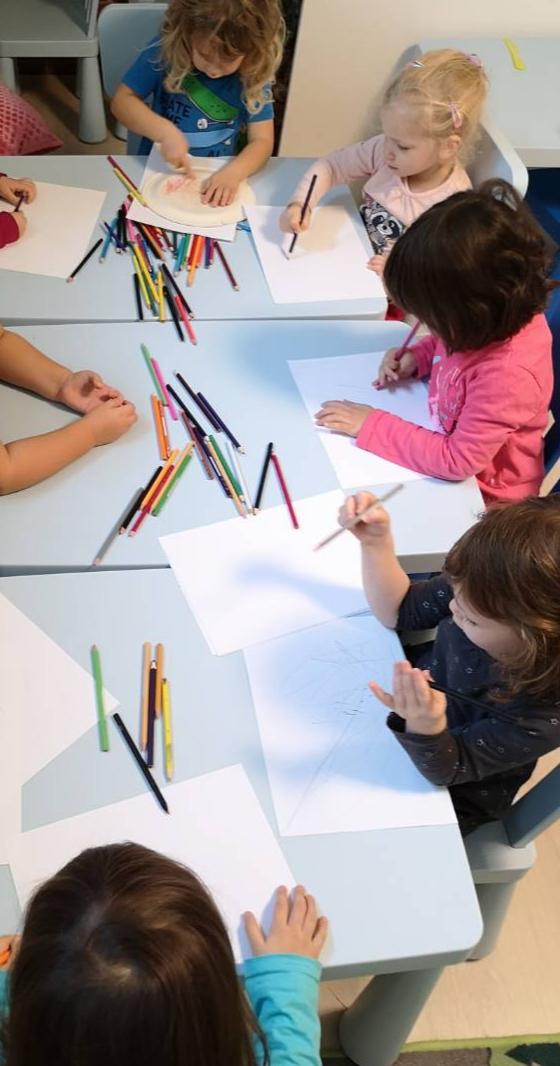 Játék a színekkel - rajzos foglalkozás a családi bölcsiben