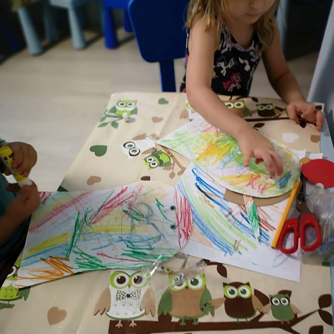 Színes rajzok, olló, ragasztó - kreatív foglalkozás a családi bölcsiben