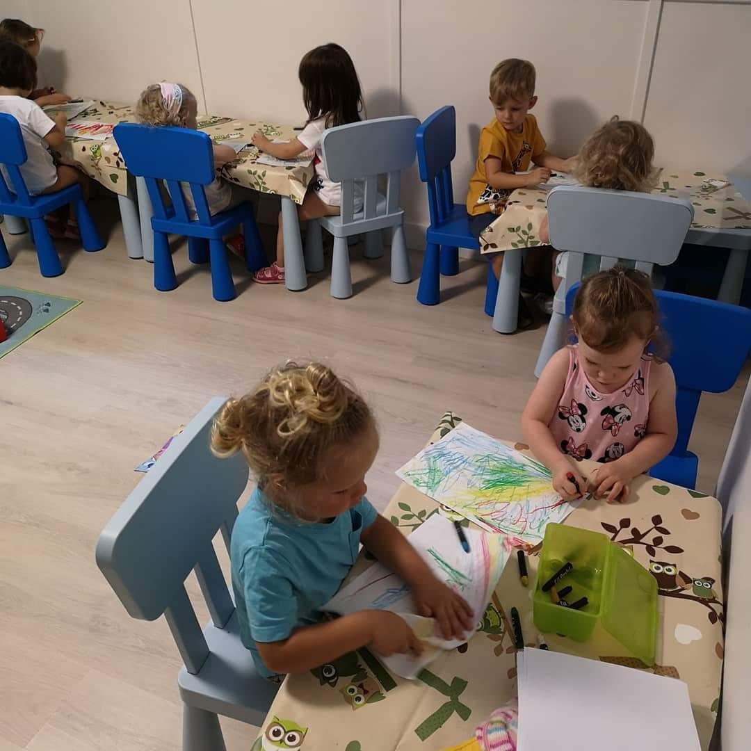 Rajzolás - finommotorikát fejlesztő foglalkozás a családi bölcsiben
