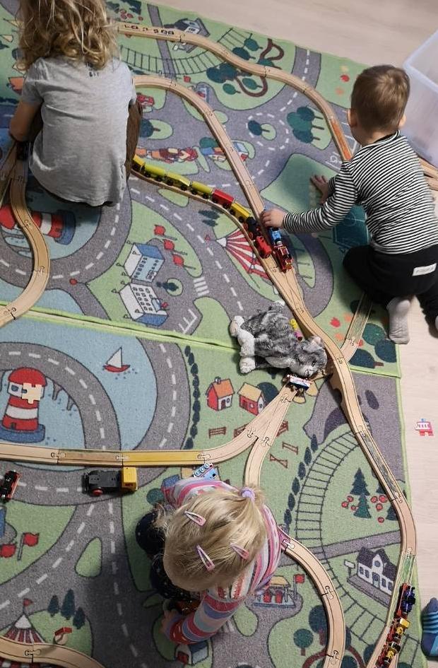 Vonatok, vonatpálya, sínek - szabad játék a montessori családi bölcsiben
