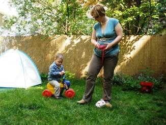 Nyuszi sétáltatás a családi bölcsi kertjében