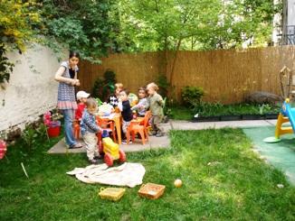 Játék a családi bölcsi kertjében