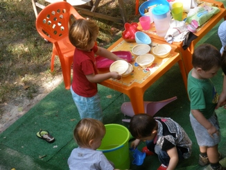 Játék a családi bölcsi udvarán
