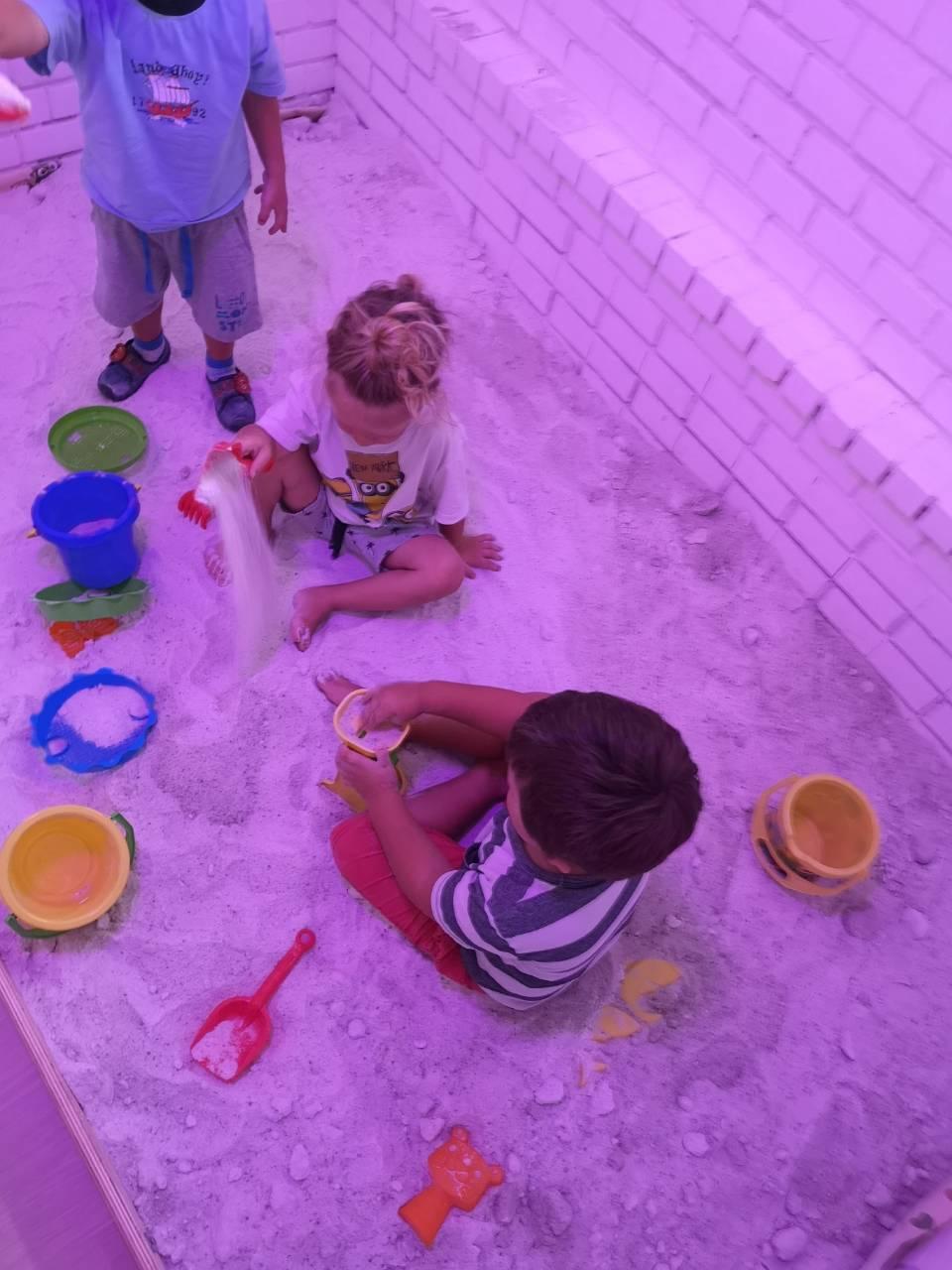 Sószobában játszó gyerekek a Züm-Züm Bölcsiben