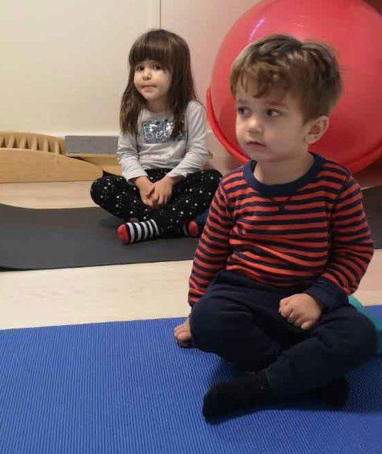 Torna foglalkozáson ülő gyerekek a családi napköziben