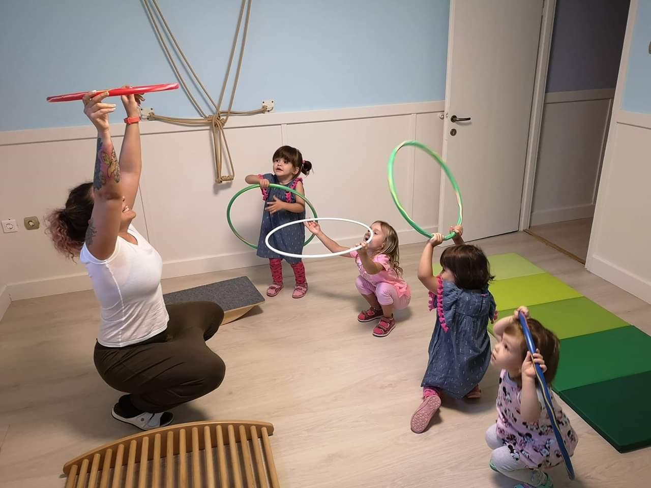 Hullahopp karikával ismerkednek a gyerekek a Züm-Züm Bölcsi családi bölcsiben