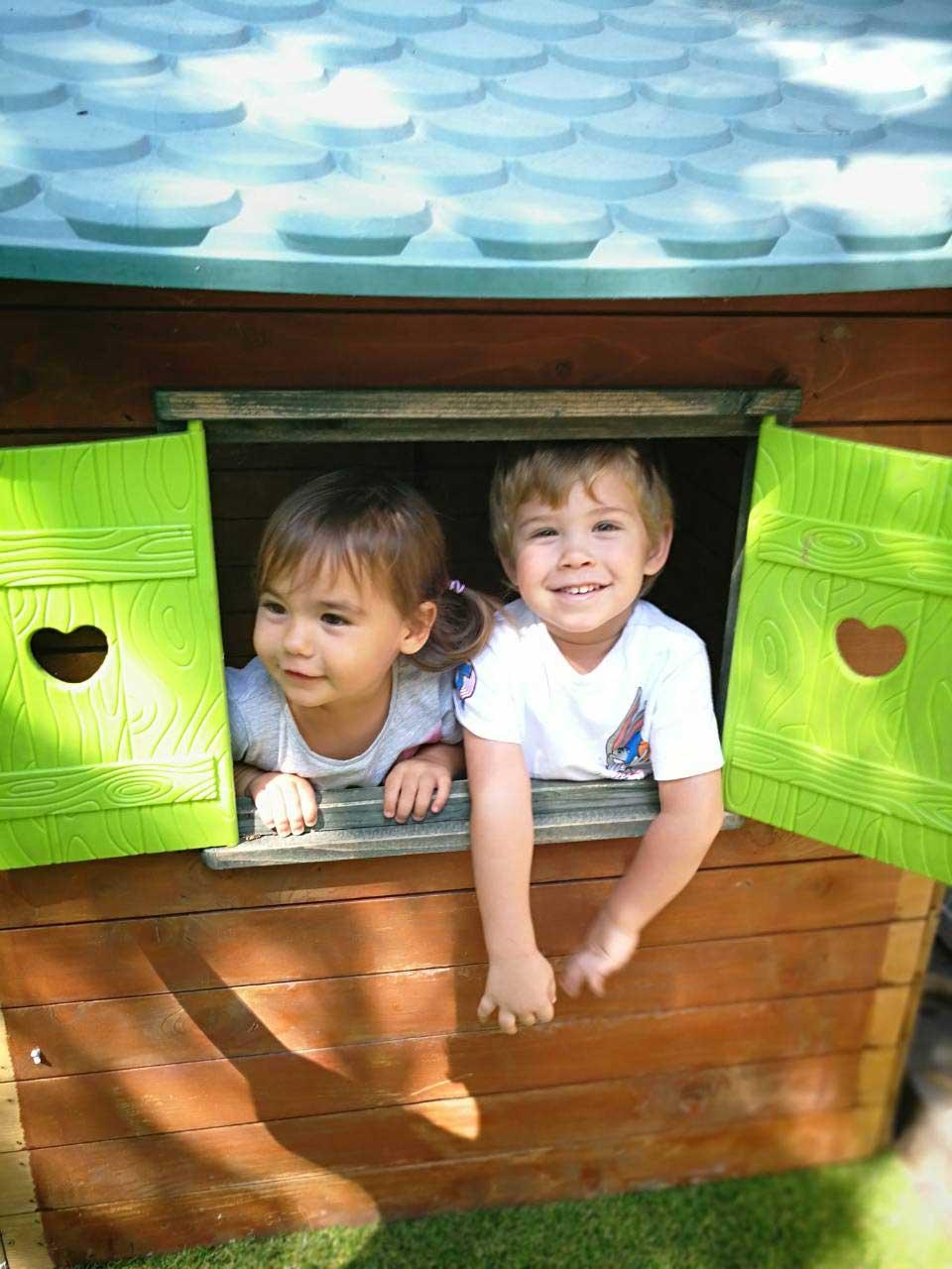 Gyerekek az udvari kisházban a családi bölcsiben