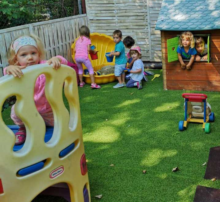 Mászóka, homokozó, kisház - kinti játékok a Züm-Züm Bölcsi udvarán