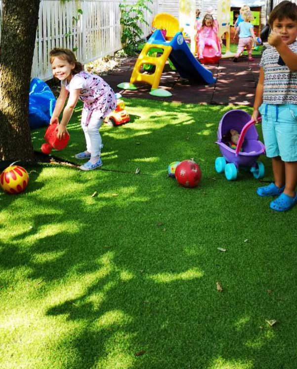 Kinti játék - csúszda, babakocsi, labdák, locsolókanna a családi napközi udvarán