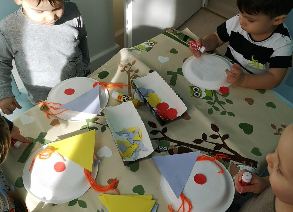 Papírtányér díszítő foglalkozás a családi bölcsiben