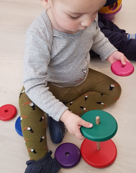 Montessori toronyt építő kisgyerek a családi bölcsiben
