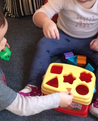 Formabedobós játék a családi bölcsiben