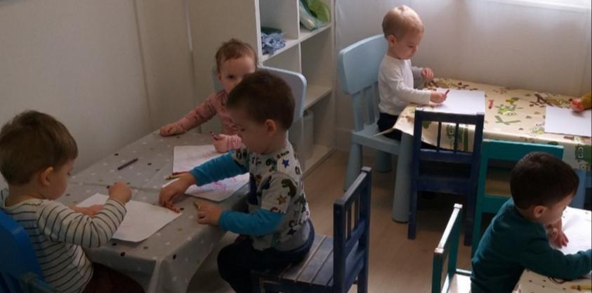 Gyerekek kreatív foglalkozás közben a családi bölcsiben