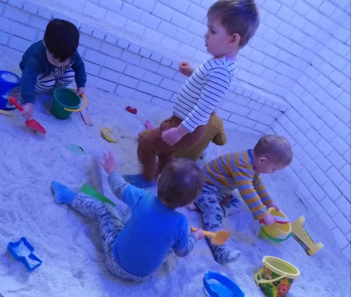 Játék a sószobában a családi bölcsiben