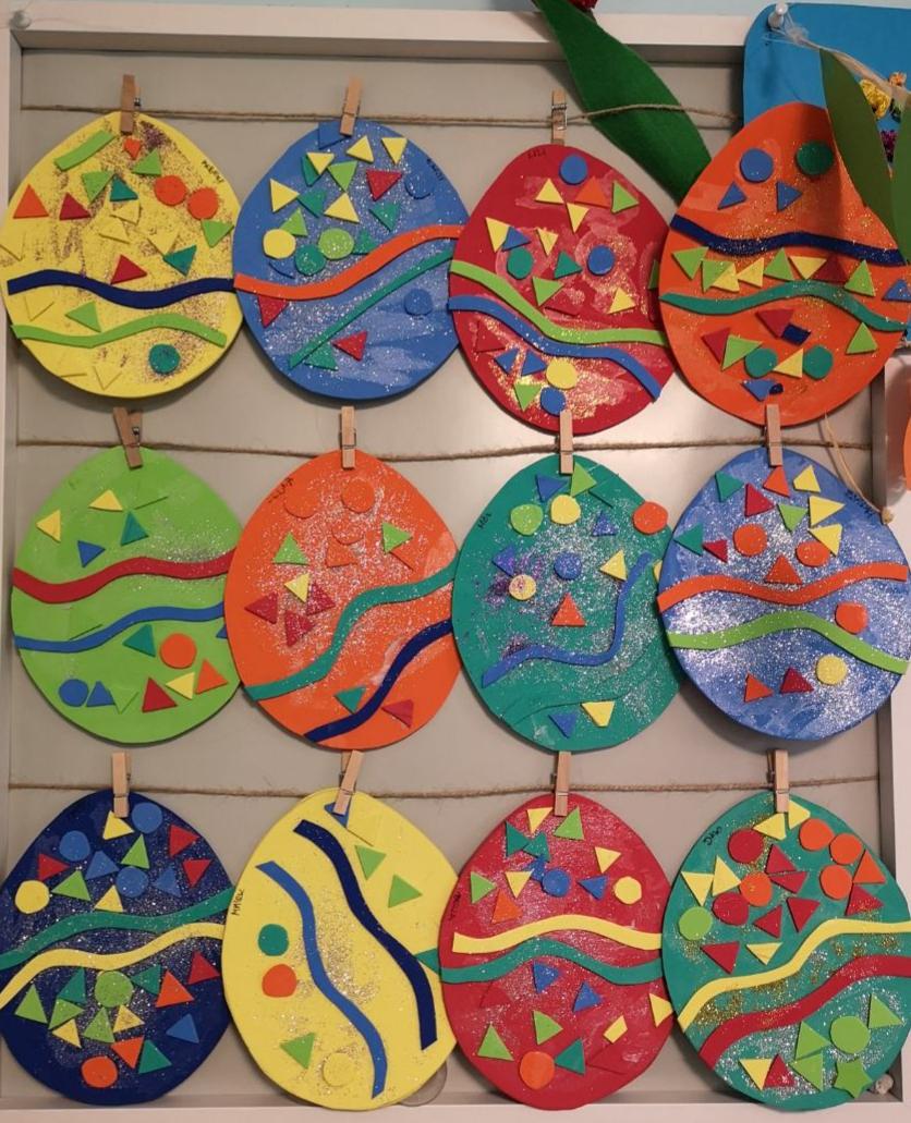 Ragasztott és festett papírtojások készültek a családi bölcsiben