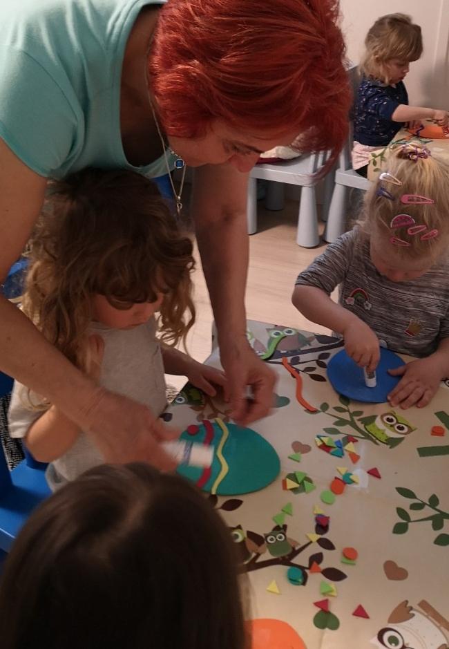 Készülnek a díszes papírtojások a családi bölcsiben