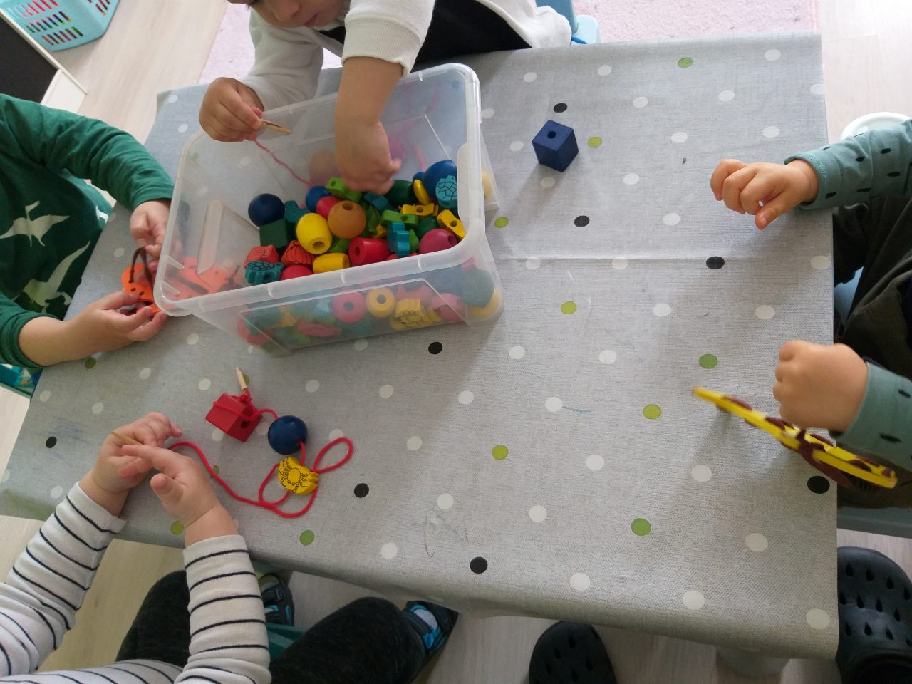 Fűzős fejlesztő játék a családi bölcsiben