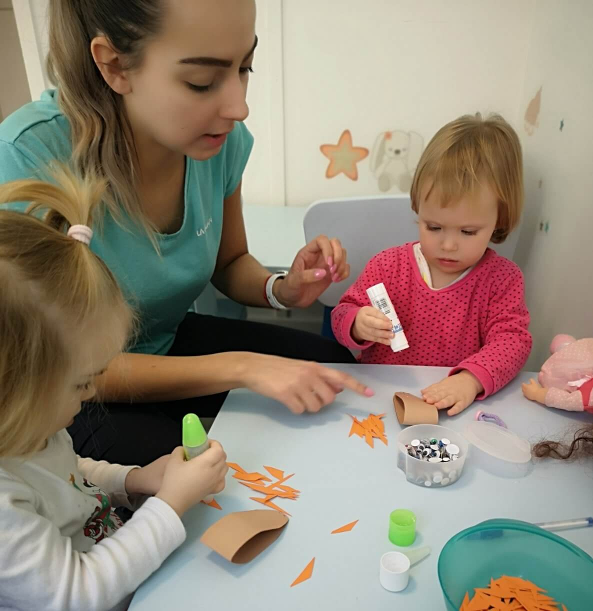 Ragasztásos foglalkozás a Züm-Züm Bölcsi Bornemissza utcai családi bölcsődében