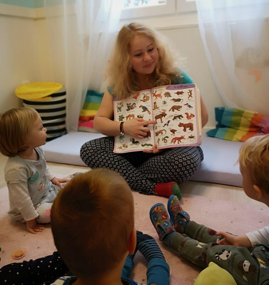 Meseolvasás foglalkozás a Züm-Züm Bölcsi Bornemissza utcai családi bölcsődében