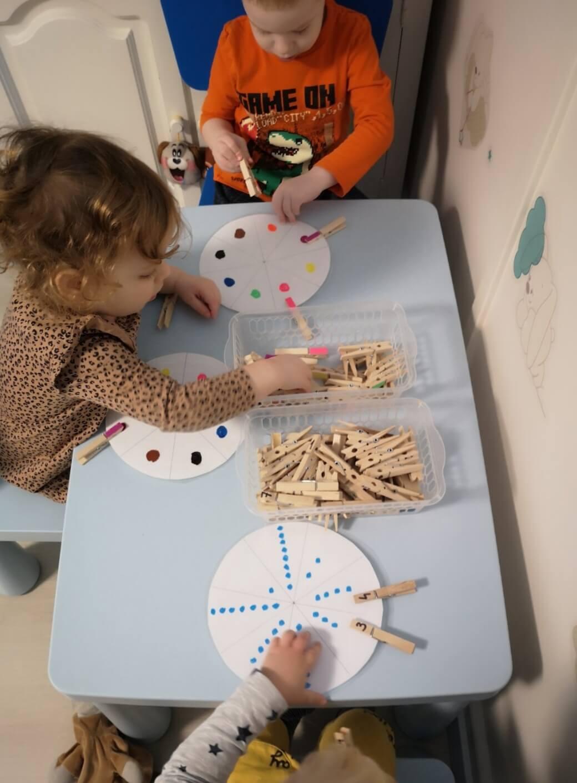 Montessori foglalkozás a Züm-Züm Bölcsi Bornemissza utcai családi bölcsődében